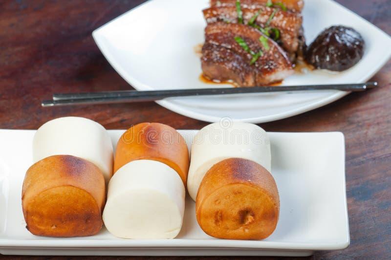 Carne de porco do po do dong com o bolo cozinhado do mantou fotografia de stock royalty free
