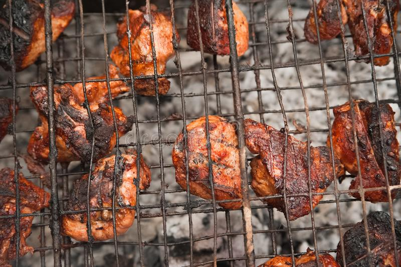Carne de porco dos no espeto na grade com close-up do fumo Pedaços da carne do assado no fogo Quintal, conceito do resto, carne,  fotografia de stock royalty free