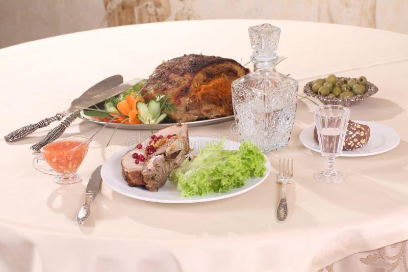 Carne de porco enchida com vegetais e um filtro da vodca fotografia de stock royalty free
