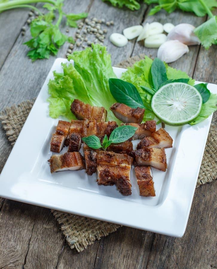 Download Carne De Porco Friável Com Alho E Pimenta Na Placa Branca Foto de Stock - Imagem de profundamente, delicioso: 65578248
