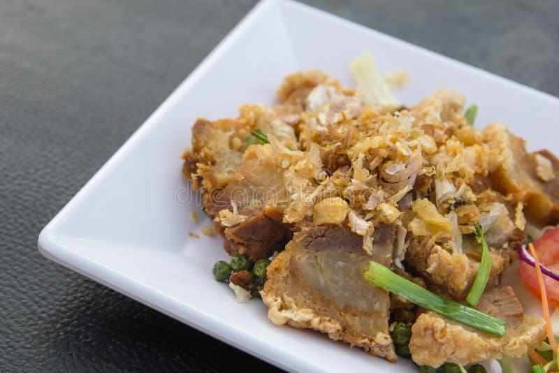 Carne de porco friável com fritadas do alho imagens de stock royalty free