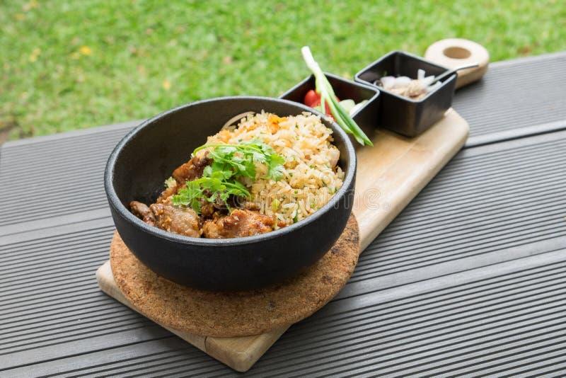 Carne de porco fritada com o vegetal do alho com o tailandês picante e ácido do molho imagem de stock royalty free
