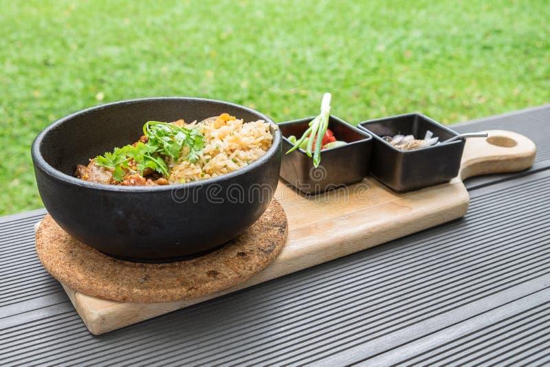 Carne de porco fritada com o vegetal do alho com o tailandês picante e ácido do molho fotografia de stock royalty free