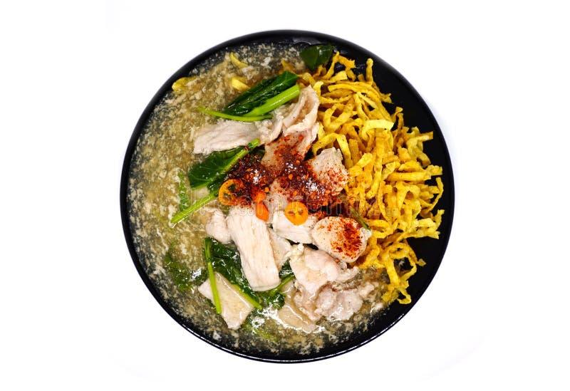 Carne de porco fritada friável do macarronete com molho e parte superior do raadna com pimentões tailandeses imagem de stock