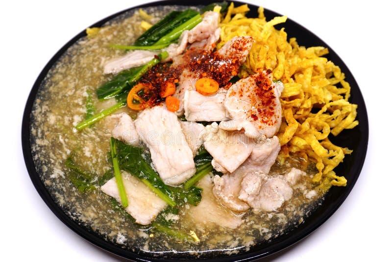 Carne de porco fritada friável do macarronete com molho e parte superior do raadna com pimentões tailandeses fotos de stock