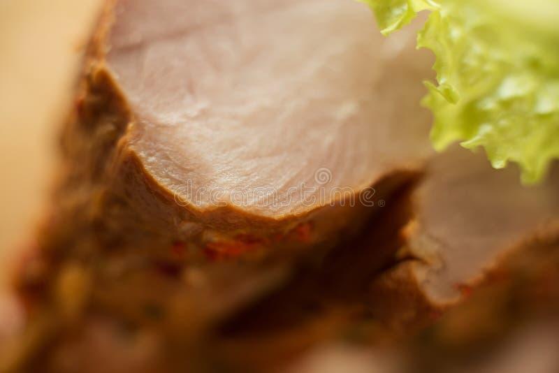 Carne de carne de porco fumado, peru com uma folha da salada verde, tiro macro, detalhes pr?ximos, textura da carne fotos de stock