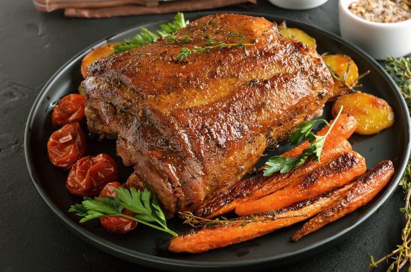 Carne de porco grelhada, batatas fritadas e cenouras foto de stock royalty free
