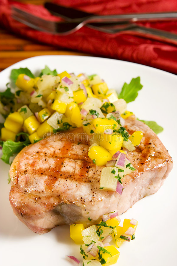 Carne de porco grelhada com salsa tropical imagens de stock royalty free