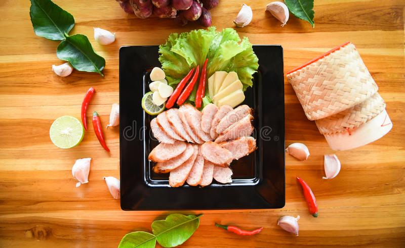 A carne de porco grelhada das salsichas cortou a carne de porco cozida roasted com as ervas do arroz pegajoso e o legume fresco d imagem de stock