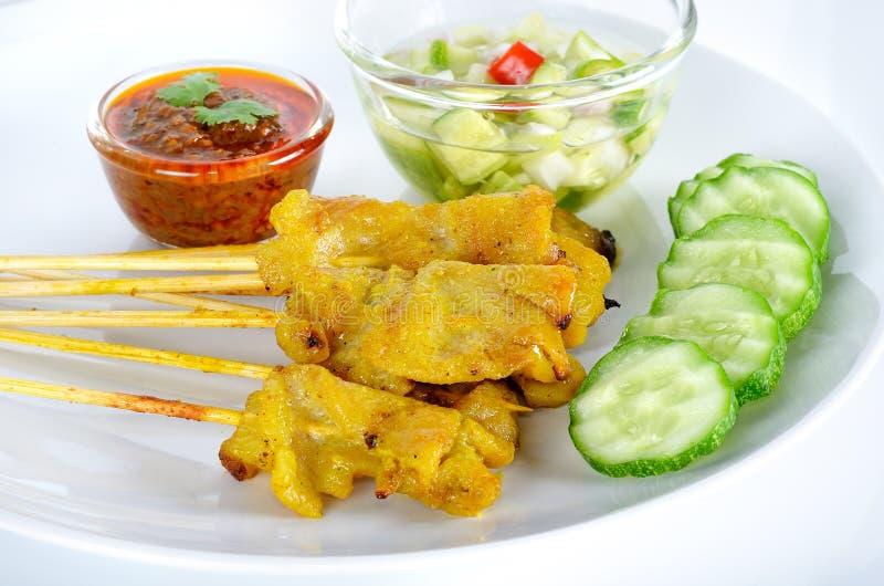 Carne de porco grelhada Satay com molho e vinagre do amendoim foto de stock royalty free