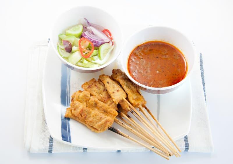 Carne de porco grelhada Satay com molho e vinagre do amendoim fotos de stock royalty free