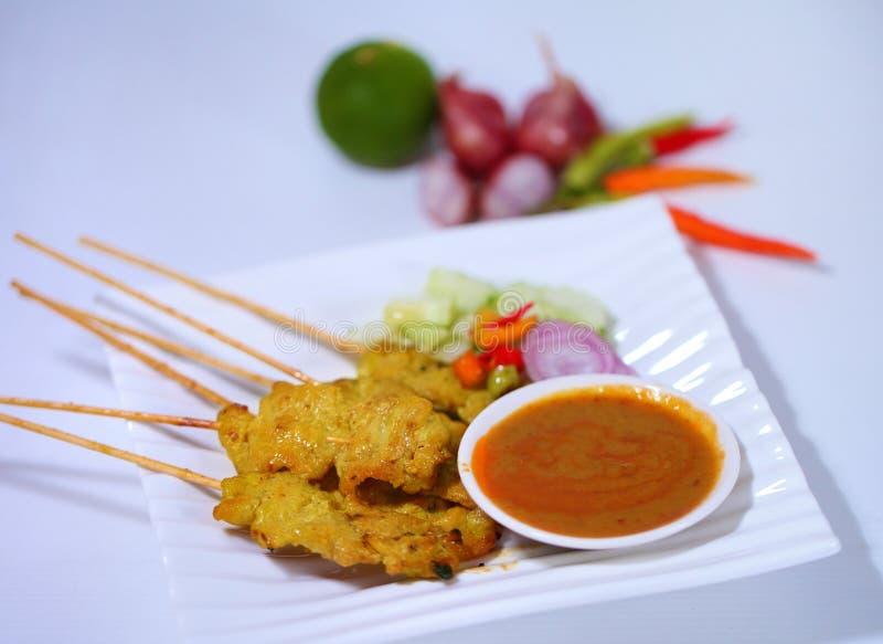 Carne de porco grelhada Satay com molho e vinagre do amendoim Alimento tailandês - fritada #6 do Stir fotos de stock