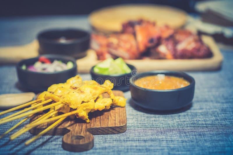Carne de porco grelhada satay da carne de porco servida com molho e vinagre doces de mergulho do amendoim imagens de stock royalty free