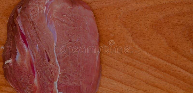 Carne de carne de porco orgânica a bordo pronta para cozinhar, estilo rústico, foco seletivo, espaço da cópia fotos de stock