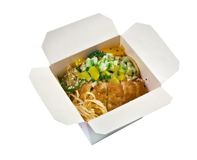 Carne de porco roasted e udon-macarronete. alimento para viagem imagens de stock