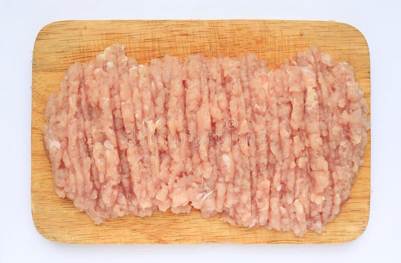 Carne de porco triturada crua em uma placa de corte, vista superior imagens de stock