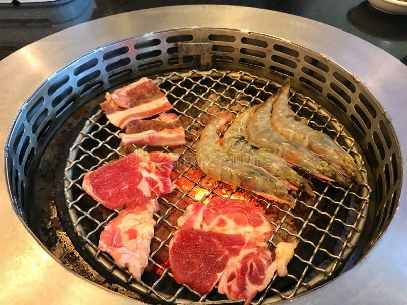 carne de vaca, cerdo y camarón asados a la parrilla en el restaurante japonés de Yakiniku imagenes de archivo