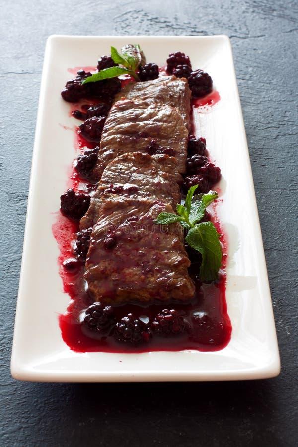 Carne de vaca cortada con la salsa de la zarzamora fotos de archivo