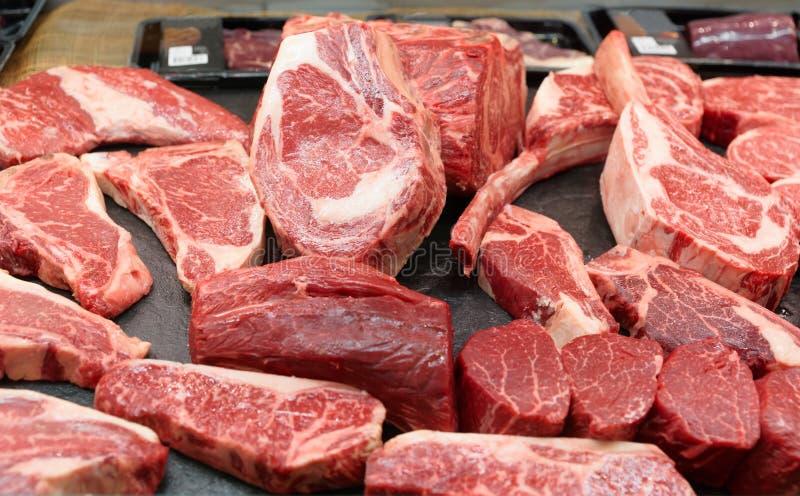 Carne de vaca cruda en un estante del mercado fotos de archivo