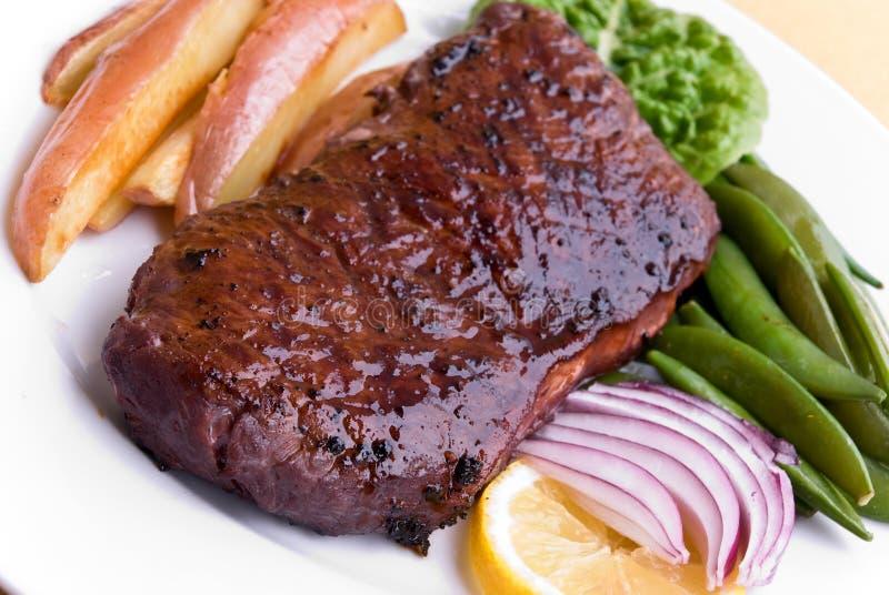 Carne de vaca de carne asada con las habas verdes y las patatas rojas fotografía de archivo libre de regalías