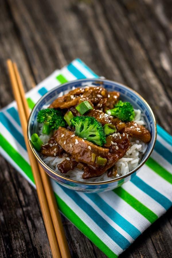 Carne de vaca en salsa con bróculi y arroz fotos de archivo