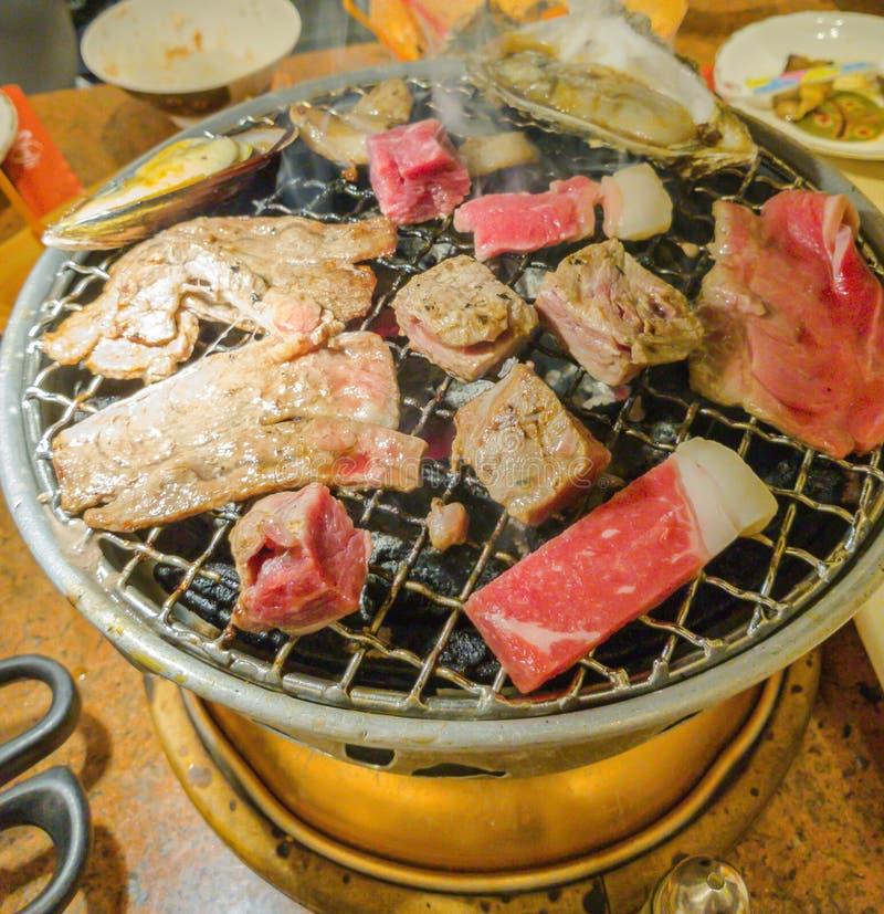 Carne de vaca fresca cruda del estilo japonés en parrilla caliente de la barbacoa imagenes de archivo