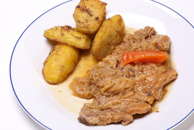 Carne de vaca frita con los anillos y las patatas de cebolla imagen de archivo libre de regalías