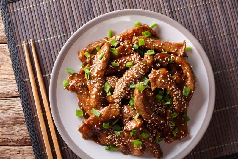 Carne de vaca sofrita asiática en salsa del teriyaki con sésamo y verde encendido imagen de archivo