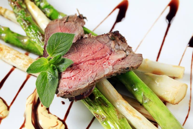 Carne de vaca y espárrago de carne asada foto de archivo libre de regalías