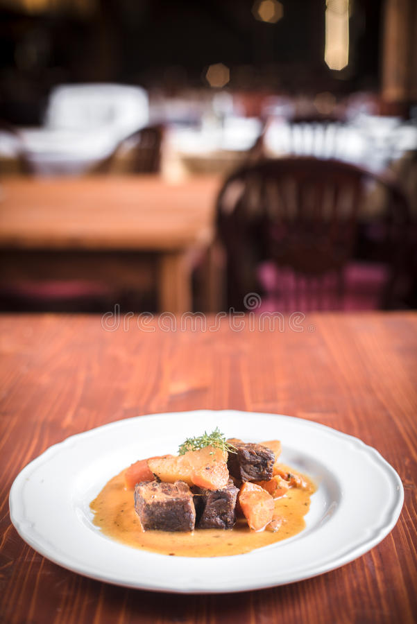 Carne de vaca y patatas en salsa imagen de archivo