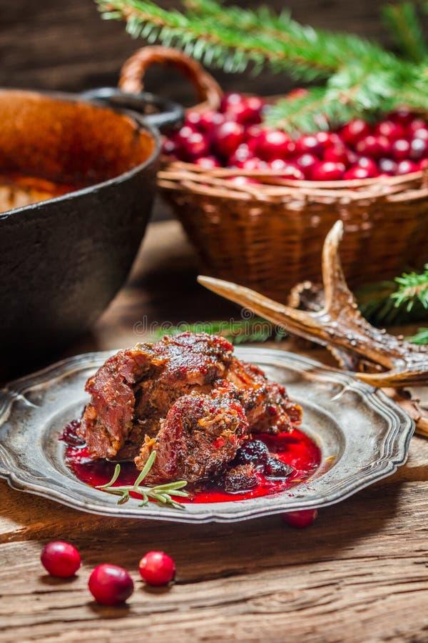 Carne de venado con la salsa y el romero de arándano foto de archivo