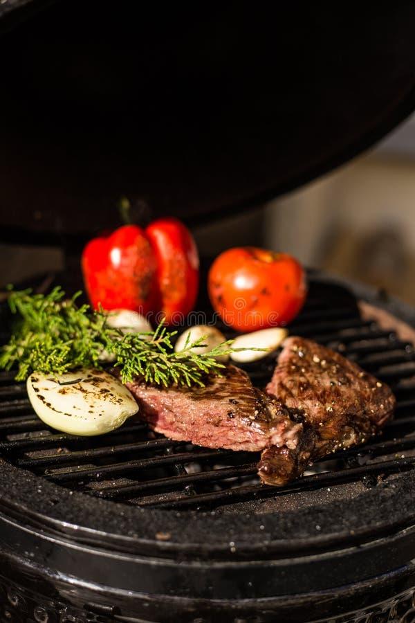 Carne de Wagyu com os vegetais na grade quente barbecue Restaurante imagens de stock royalty free