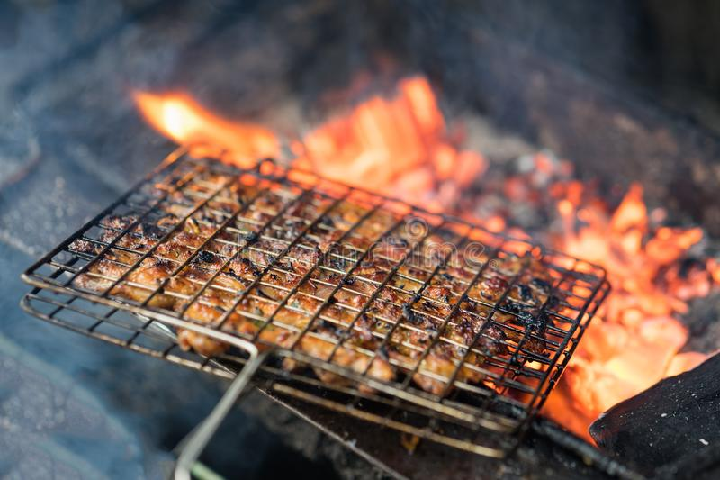 Carne del barbecue sul fuoco del carbone L'ingrediente del cha del panino è la minestra di pasta vietnamita famosa con la carne d fotografia stock libera da diritti