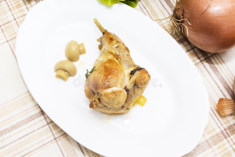 Carne del conejo en cocinado imágenes de archivo libres de regalías