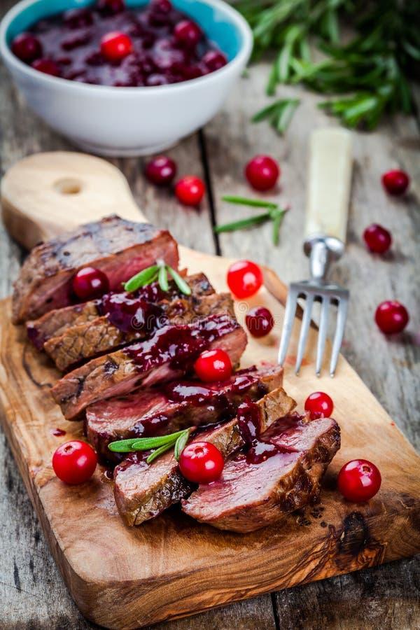 Carne del manzo con la salsa di mirtillo rosso casalinga fotografia stock libera da diritti