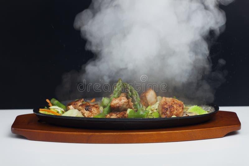 Carne del pollo con el espárrago foto de archivo