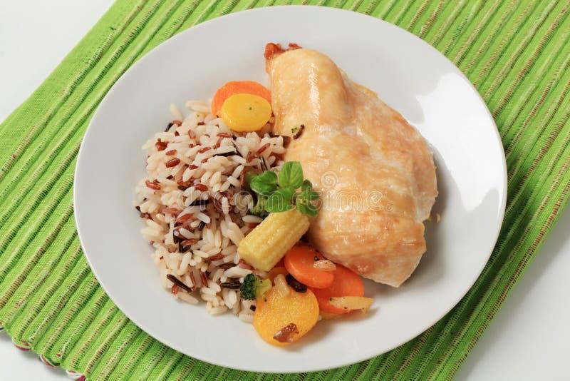 Carne del pollo con riso e le verdure mixed fotografia stock