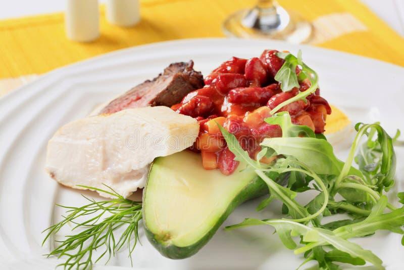 Carne del pollo y de la carne de vaca con la ensalada de la haba roja fotos de archivo