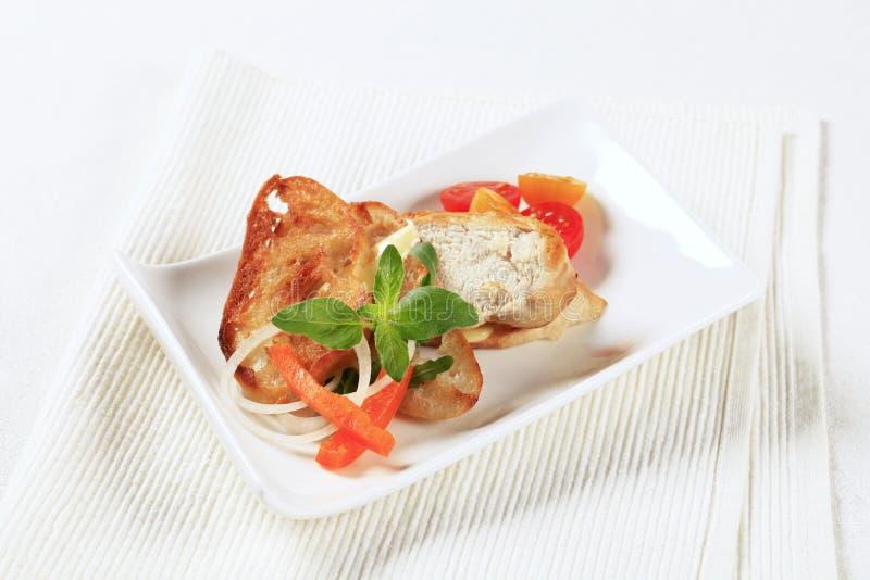 Carne del pollo y pan curruscante imagen de archivo