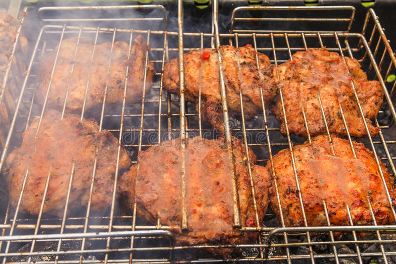 Carne deliciosa na grade barbecue imagem de stock
