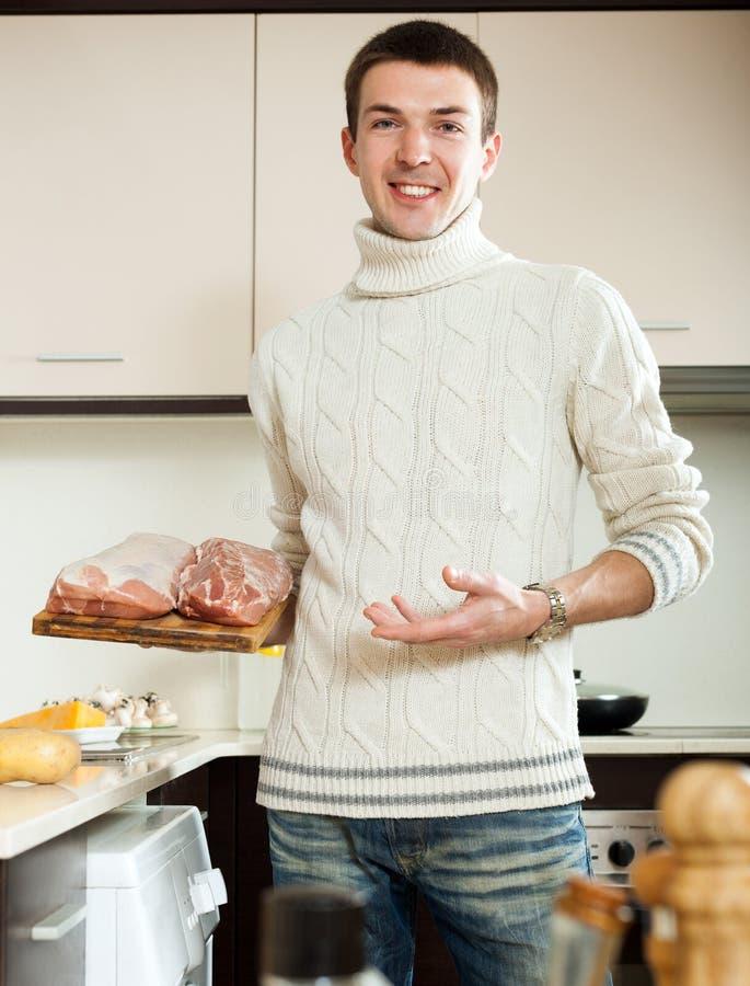 Carne della tenuta dell 39 uomo in cucina domestica for Planimetrie della caverna dell uomo