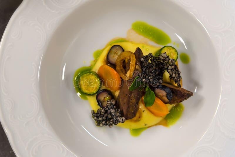 Carne di cervo con le verdure e la salsa, vista superiore, ristorante gastronomico fotografia stock