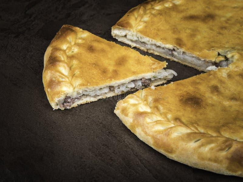Carne di Dagestan e torta Chudu, lato view_2 della patata immagine stock