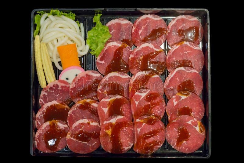 Carne di maiale affettata cruda fresca nel fondo nero, fuoco selettivo fotografie stock