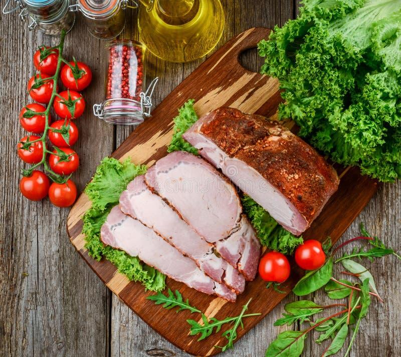 Carne di maiale al forno in spezie differenti con le verdure fotografia stock libera da diritti