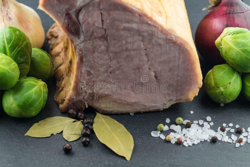 Carne di maiale con i cavolini di Bruxelles fotografia stock