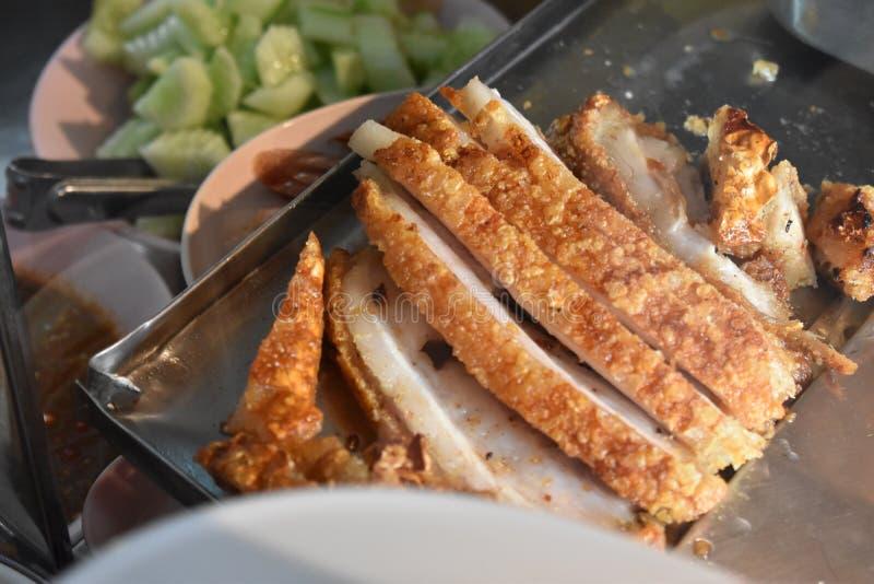 Carne di maiale croccante tailandese su un piatto immagini stock