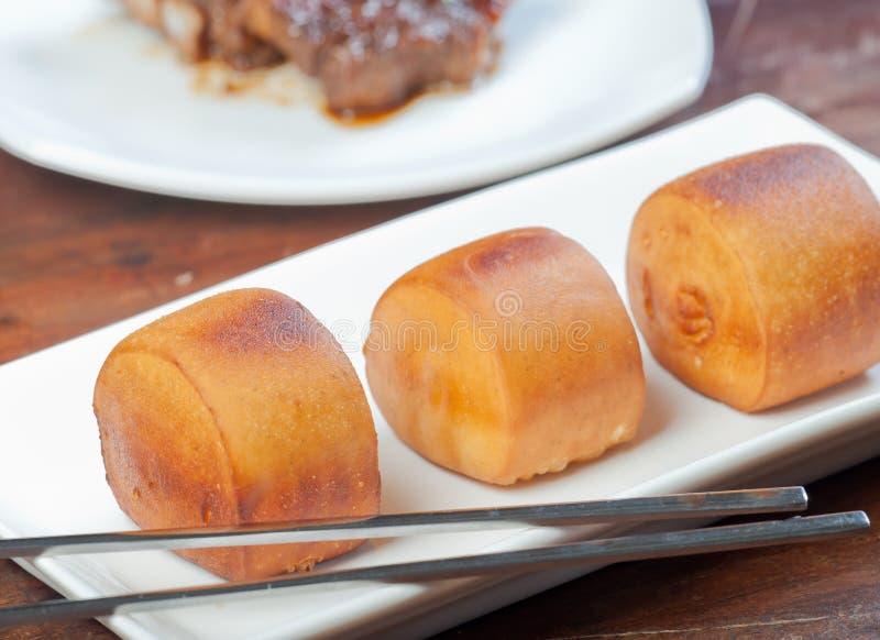 Carne di maiale di Dong po con il panino cotto a vapore di mantou fotografia stock