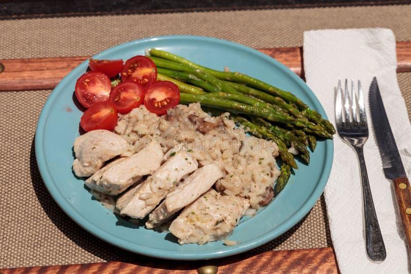 Carne di maiale ed asparago sauteed con il risotto del fungo fotografia stock libera da diritti
