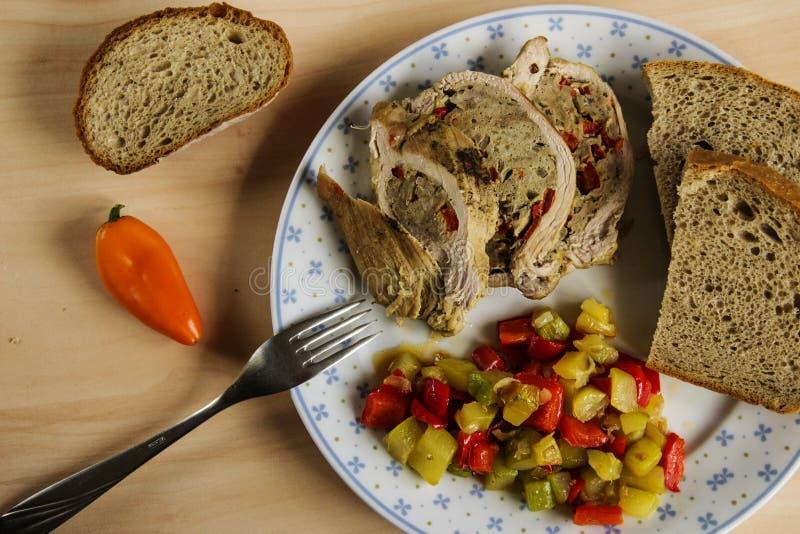 Carne di maiale farcita con le verdure ed il pane fotografie stock